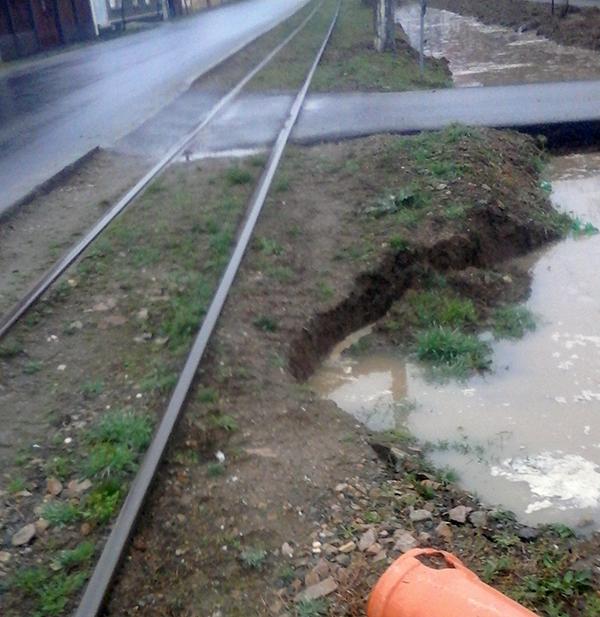 """Un nou drum se surpă la Arad  """"Drumul vinului"""" intră la apă"""