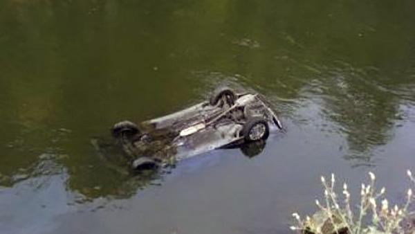 masina cazuta rau 1