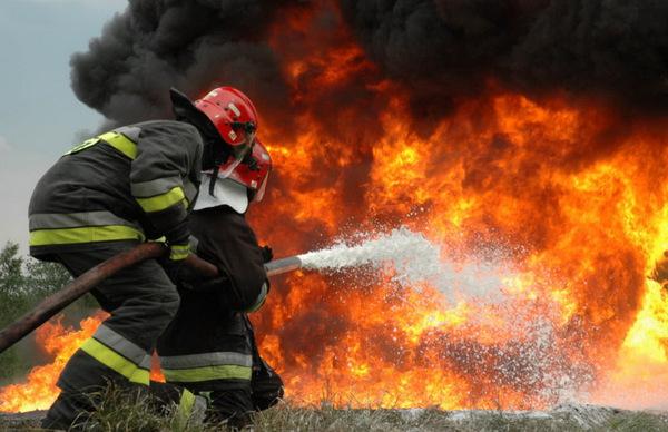pompieri-fc483lticeni-incendiu